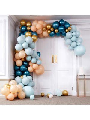 Upea iso ilmapallokaari, sinisillä, kultaisilla ja marmori-ilmapalloilla.