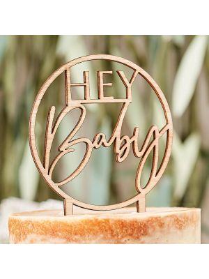"Puinen kakkukoriste, ""HEY Baby""."