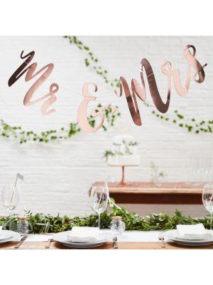 """Upea ruusukullanvärinen banneri jossa lukee """"Mr & Mrs""""."""