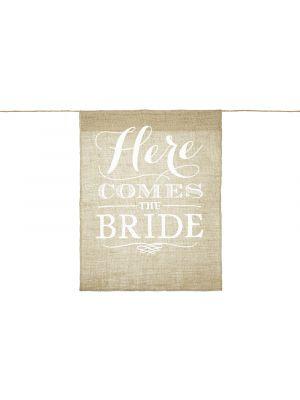 """Rustiikkinen banneri häätilaisuuksiin, jossa lukee """"Here comes the bride""""."""