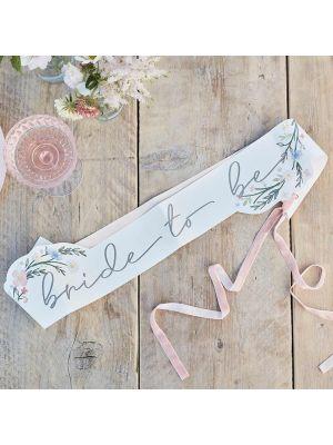 """Hieno hennon vaaleanpunainen olkanauha jossa lukee ruusukullanvärisellä tekstillä """"Bride To Be""""."""