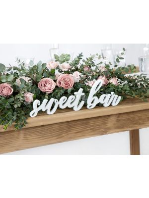 "Valkoinen puinen kyltti ""sweet bar""."