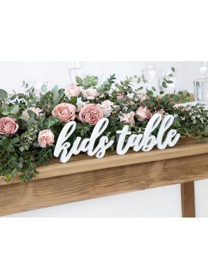 """Valkoinen puinen kyltti """"kids table""""."""