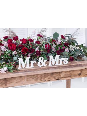 "Valkoinen puinen kyltti, kirjaimet ""Mr & Mrs""."