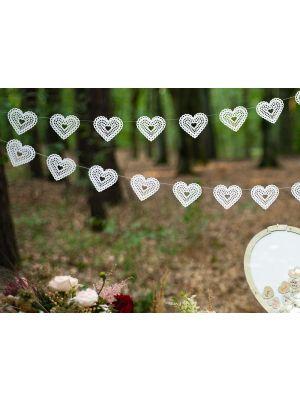 Koristeviiri valkoisilla helmiäishohtavilla sydämillä.