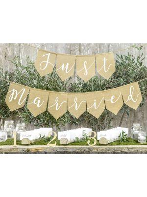 """Rustiikkinen banneri häätilaisuuksiin, jossa lukee """"Just married""""."""