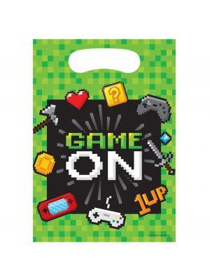 """Peli-aiheinen musta-vihreä pötäkoriste hunajakenno-alustalla ja tekstillä """"Game On""""."""