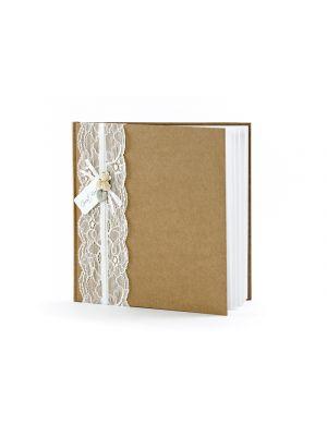 Kraft-paperista tehty vieraskirja valkoisella pitsi-kankaalla.