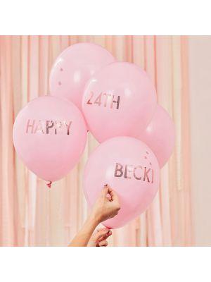 Vaaleanpunaiset ilmapallot sekä ruusukultaiset tarra numerot ja kirjaimet.