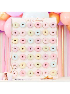 """Iso donitsiseinä tekstillä """"Donuts""""."""