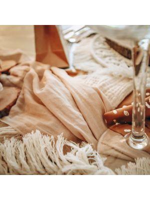 Vaalea luonnonruskea / hasselpähkinä- värinen musliinikangas.