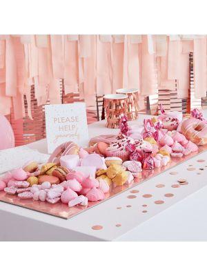 Ruusukultainen tarjoilusetti; alusta, lautasliinat, pöytäkonfetti ja kyltti.
