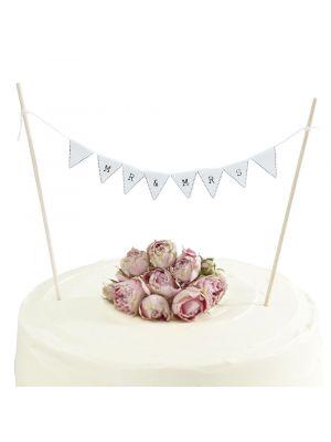 """Valkoinen kakkuviiri tekstillä """"Mr & Mrs""""."""