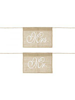 """Rustiikkiset tuolikoristeet joissa lukee """"bride"""" ja """"groom""""."""