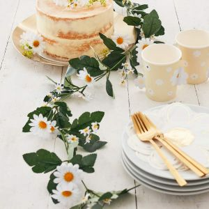 kesäinen kukkaköynnös valkoisilla silkkikukilla