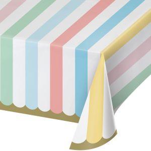 Kaunis pastelli-raidallinen paperinen pöytäliina.
