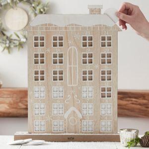 Puinen talonmuotoinen joulukalenteri.