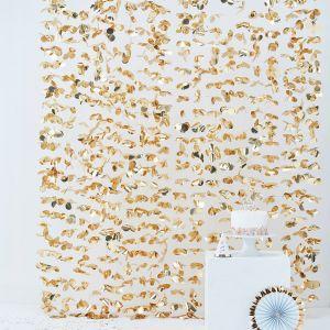 Taustaverho kultaiset lehdenmuotoiset koristeet